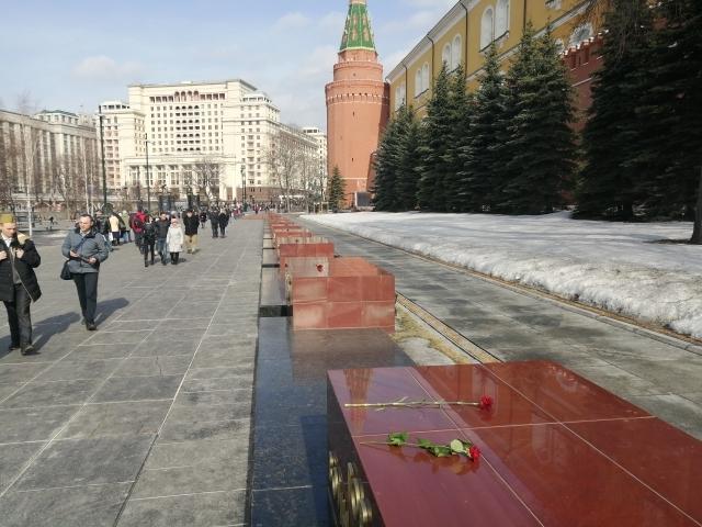 Возложение цветов к памятным плитам Севастополя и Керчи у Кремлевской стены